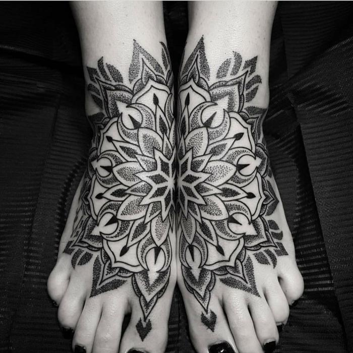 doppelter Tattoo an beiden Füßen, Frau mit doppeltem Fußtattoo, Fußnägel mit schwarzem Lack lackieren