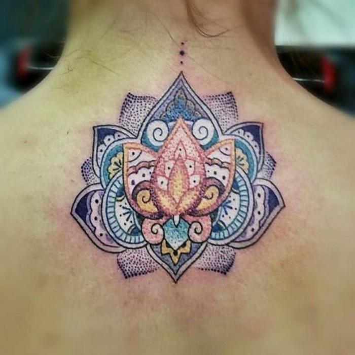 Mini-Rückentattoo mit Mandala, Tätowierung mit Lotusblume, Lotus-Blumenmotiv am Rücken, Tätowierung in Indigoblau, Gelbund Türkisblau
