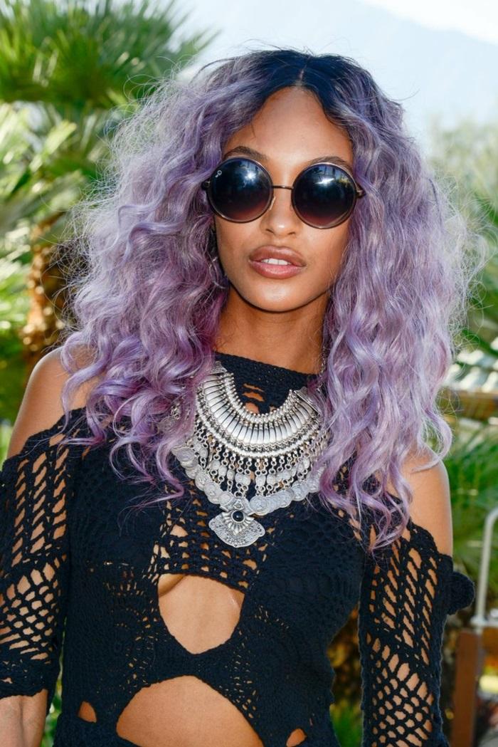 haarfarbe lila, frau mit lockige lilafarbene haare und runde sonnenbrille im retro stil, boho stil