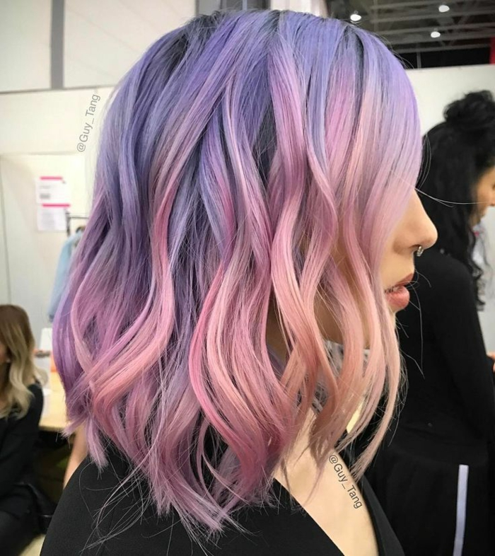 lange bob frisur, frisur mit locken, rosa haare mit lila ansatz
