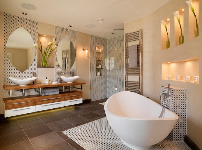 ein modernes badezimmer mit einer weißen freistehenden badewanne