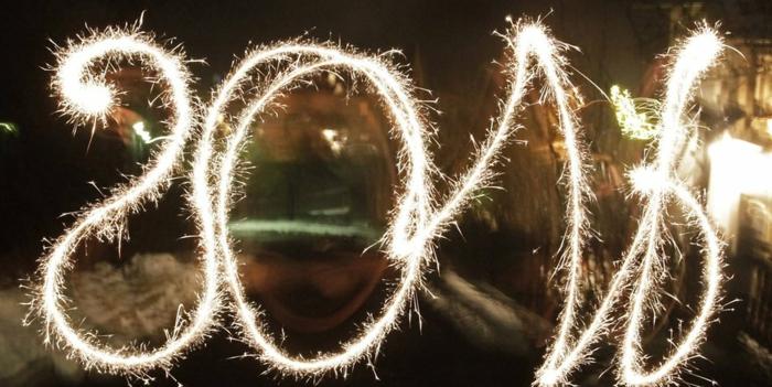 Silvester Sprüche: Neujahrssprüche für 2018, brennende Wunderkerzen in der Nacht