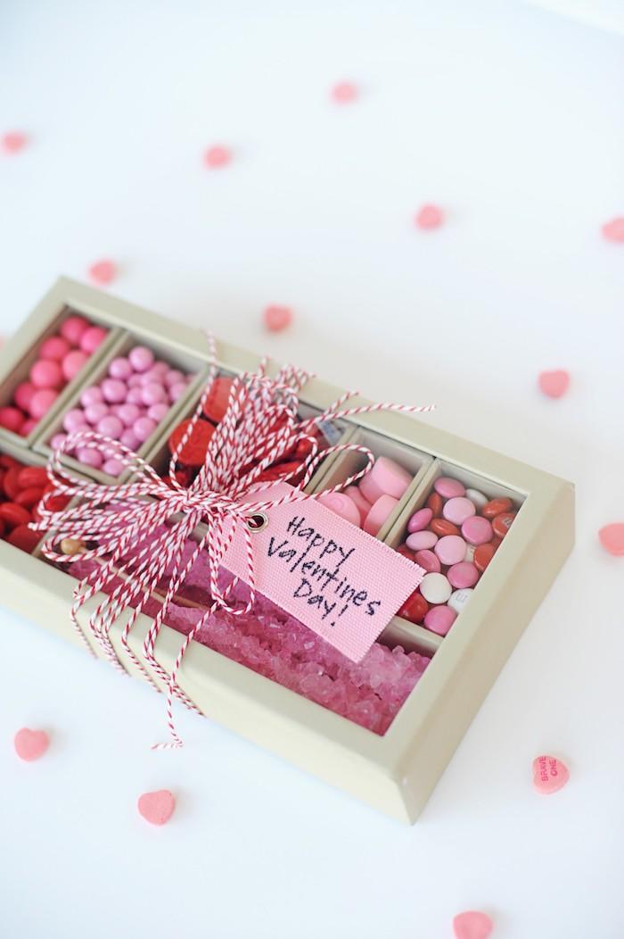 Schachteln basteln - eine rosa Schachtel mit Süßigkeiten und eine Tabelle mit Glückwünschen