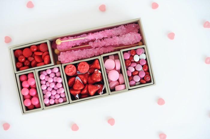 Schachtel basteln - Valentine Schachtel mit rosa Süßigkeiten in kleinen Abteilungen