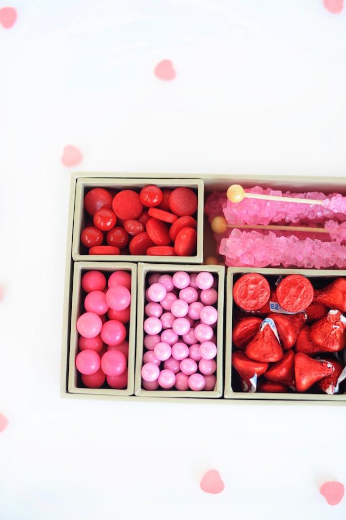 Schachteln basteln - Valentine Schachtel in Details mit kleinen rosa Bonbons