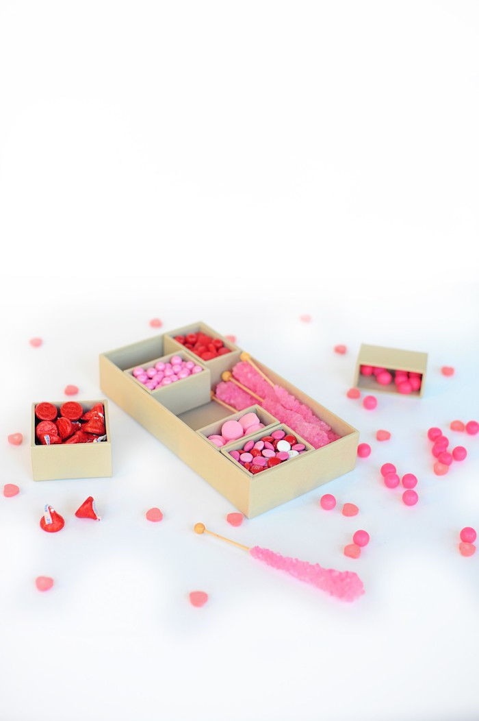 Schachteln basteln - rosa Bonbons, mit denen die Schachtel füllen können