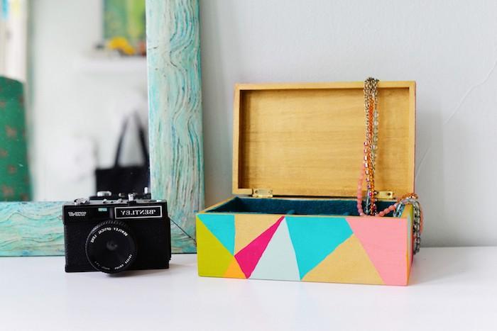 eine bunte Schachtel für die Schmuckstücken aus Holz mit geometrischen Mustern