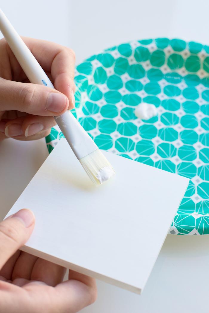 Kiste basteln - ein weißes Deckchen aus Holz, wie man es färben sollten