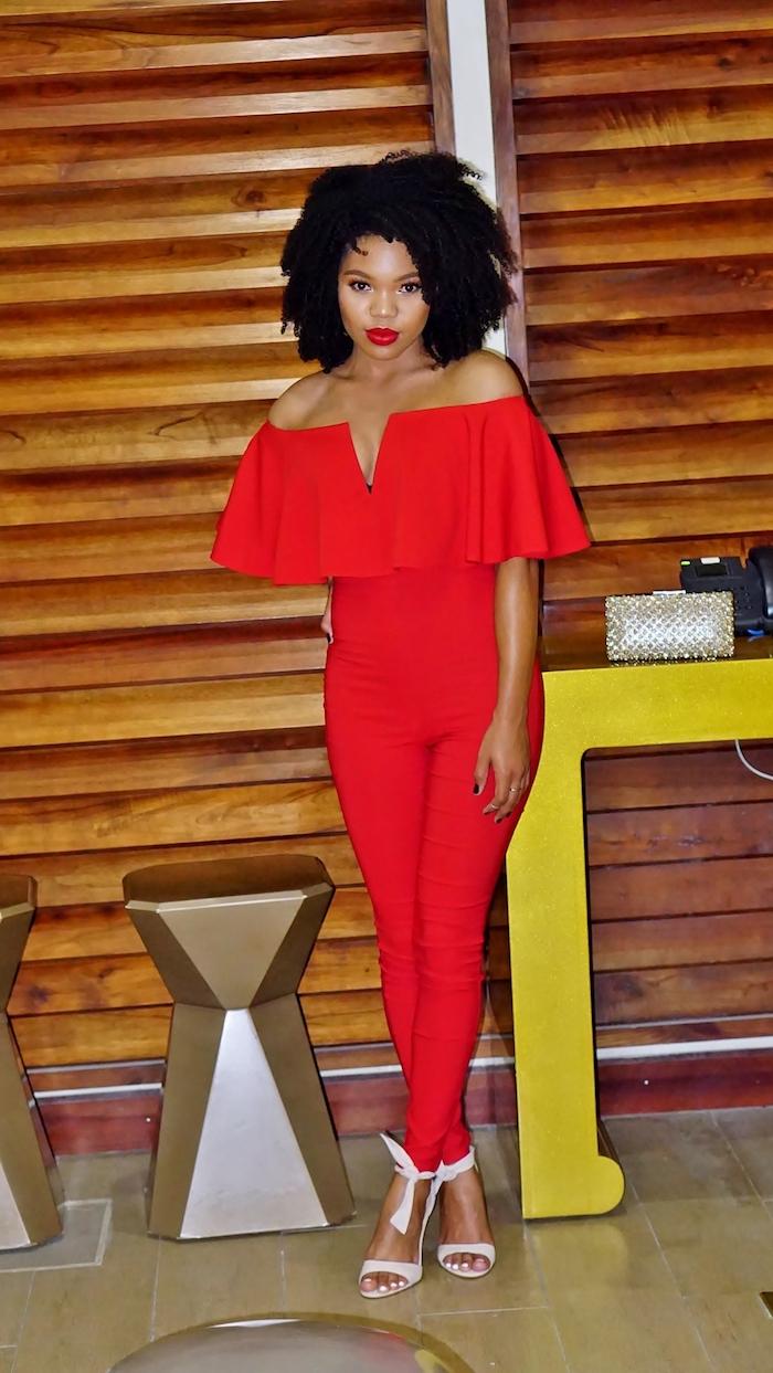kleider für silvester jumpsuit in roter farbe die farbe der festlichen saisons rote kleider rote lipen weiße schuhe wilde frisur