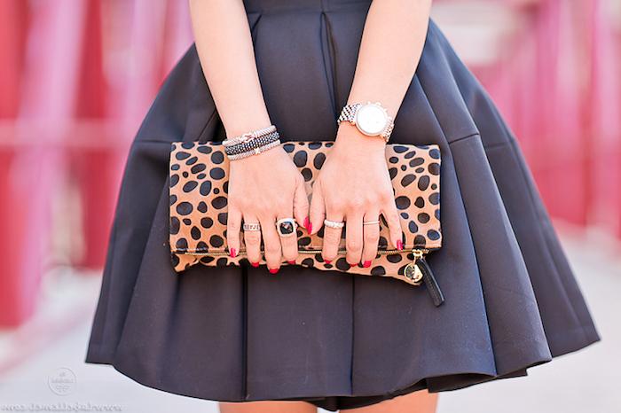 kleider für silvester kleid oder rock einfach in schwarzer farbe mit coolen accessoires kombinieren tasche ringe armbanduhr
