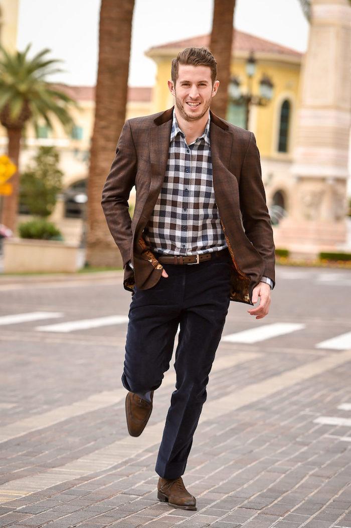 party outfit männer hemd kariiert mann mit lächeln auf der straße zur party gehen