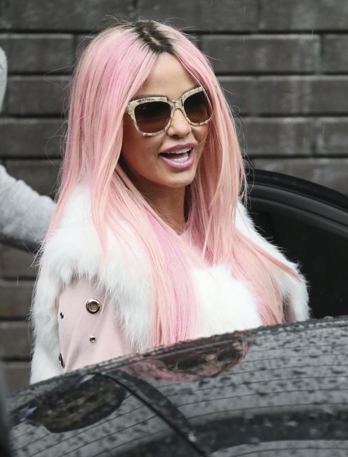 pastell rosa haarfarbe, lange rosafarbene haare mit schwarzem ansatz