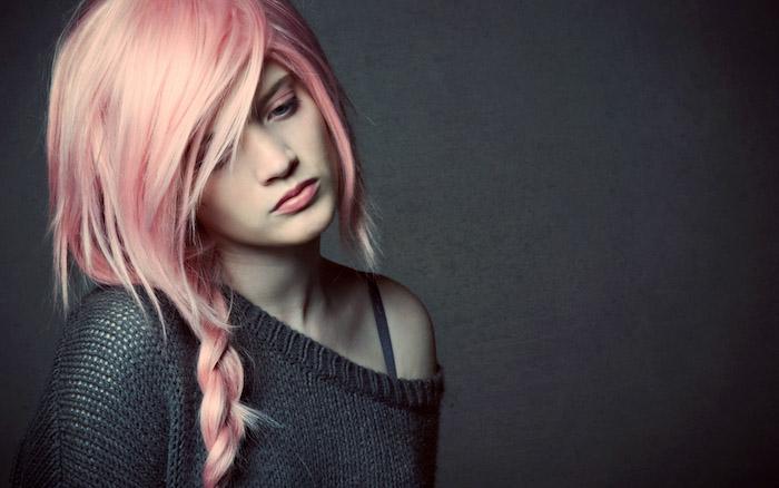 pastell rosa haarfarbe, lässige flechtfrisur mit großem zopf, trendige haarfarben