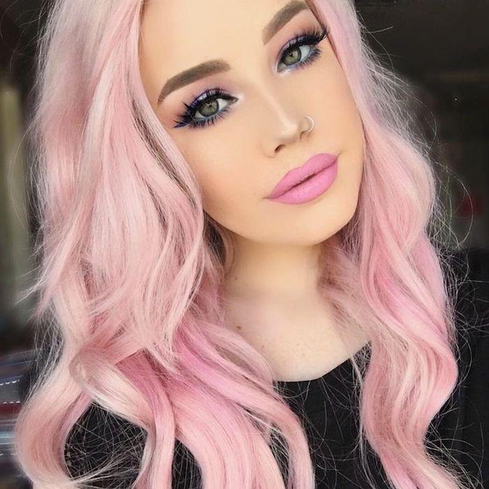 pastell rosa haarfarbe, rosa make-up, mittellange lockige haare
