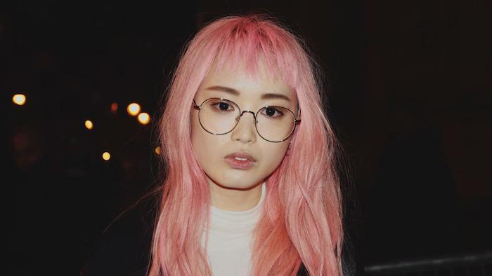 haare rosa tönen, frau mit ponyfrsiur und runder brille, pastellrosa haarfarbe