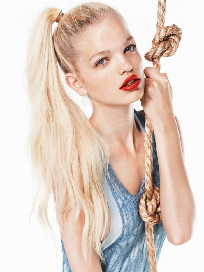 pastell tönung, frau mit blauen augen und pastellrosa haare, roter lippenstift