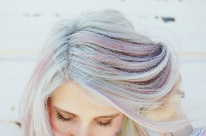 pastellfarben haare, graue haare mit rosa strähnen, haare grau färben