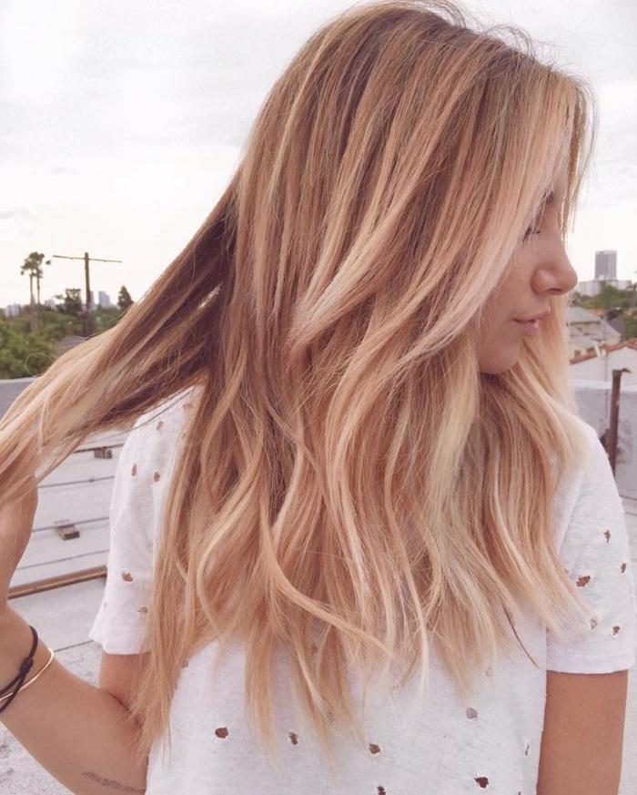 pastell tönung, hellbraune haare mit blonden strähnen, frisur mit locken