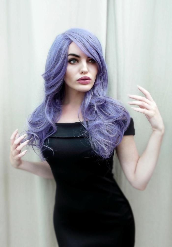 haarfarbe lila, frau mit schwarzem kleid und mittellangen lilafarbenen haaren