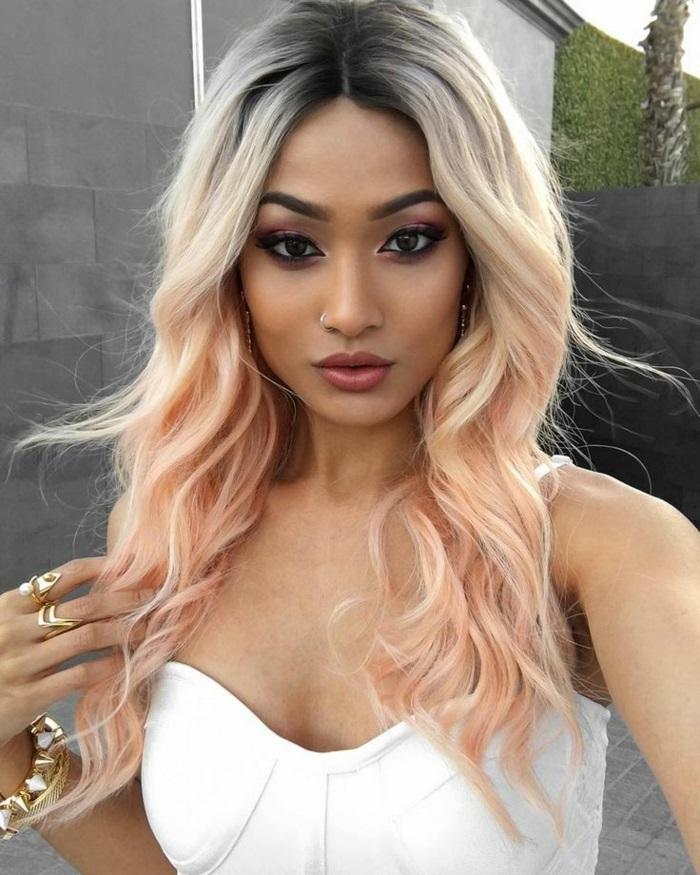 tastell tönung, rosa-blonde haare mit dunklem ansatz, frisur mit locken