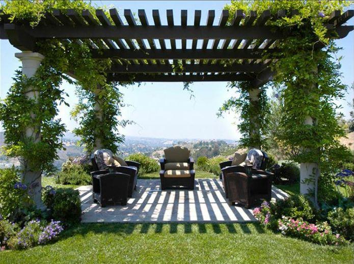 Pergola mit Kletterpflanze im Außenbereich, Launge Möbel im Garten