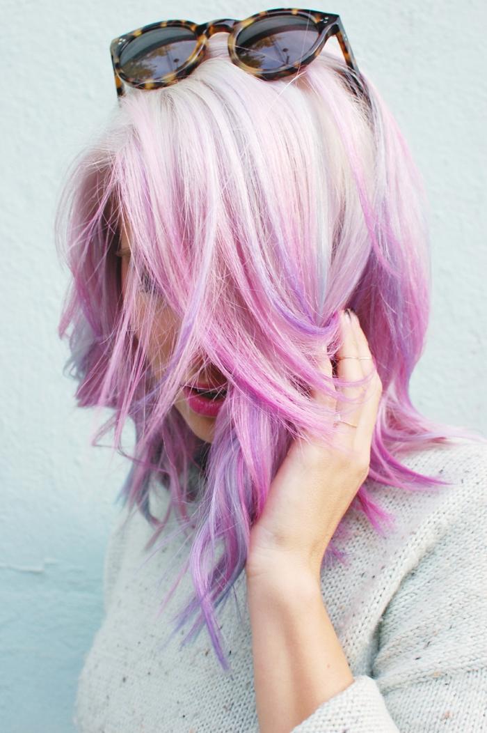 blonde Haare mit pinken Spitzen und lila Strähnen, runde Sonnenbrille mit Leoparden-Rahmen, Sonnenbrille auf dem Kopf, Sonnenbrille im Haar tragen