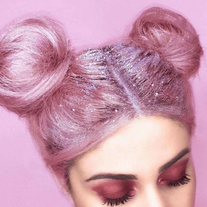mittellange Haare mit Scheitel in der Mitte, pinkes Haar mit zwei Dutts hoch am Kopf getragen, Dutt mit Haarschwamm machen, pinkes Haar mit Glitzer-Haarspray, geschlossene Augen mit pinken Schatten