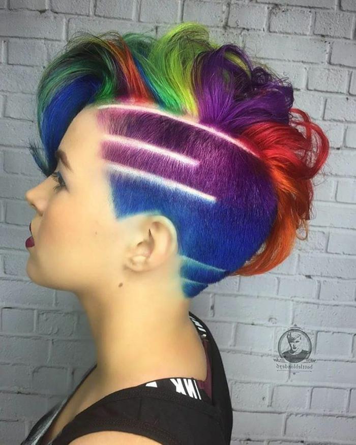 originelle Frisur für kurze Haare - links rasiert, rechts länger und leicht gewellt, Rasierfrisuren für Frauen