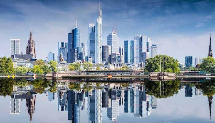 beliebte reiseziele in deutschland frankfurt finanzwelt banken moderne gebäude vom wasser fotografiert schöne ausblicke
