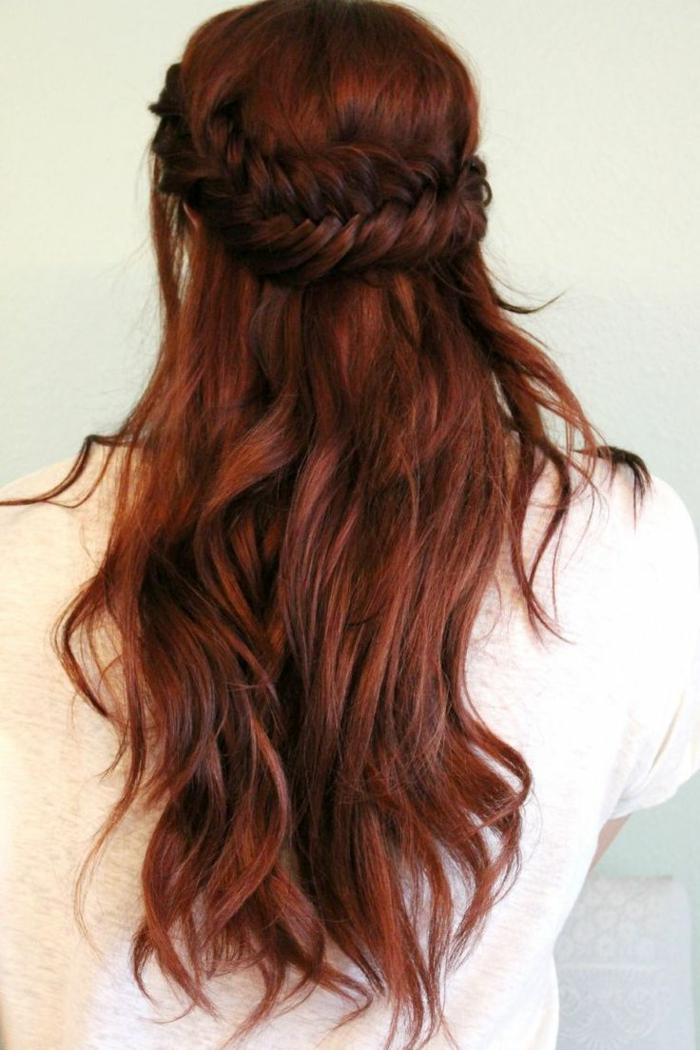 Flechtfrisur für lange Haare, dicker Zopf hochgesteckt, Haare mit freifallenden Strähnen, cremeweiße Damenbluse mit langen Ärmeln, Bild mit hellgrauem Hintergrund
