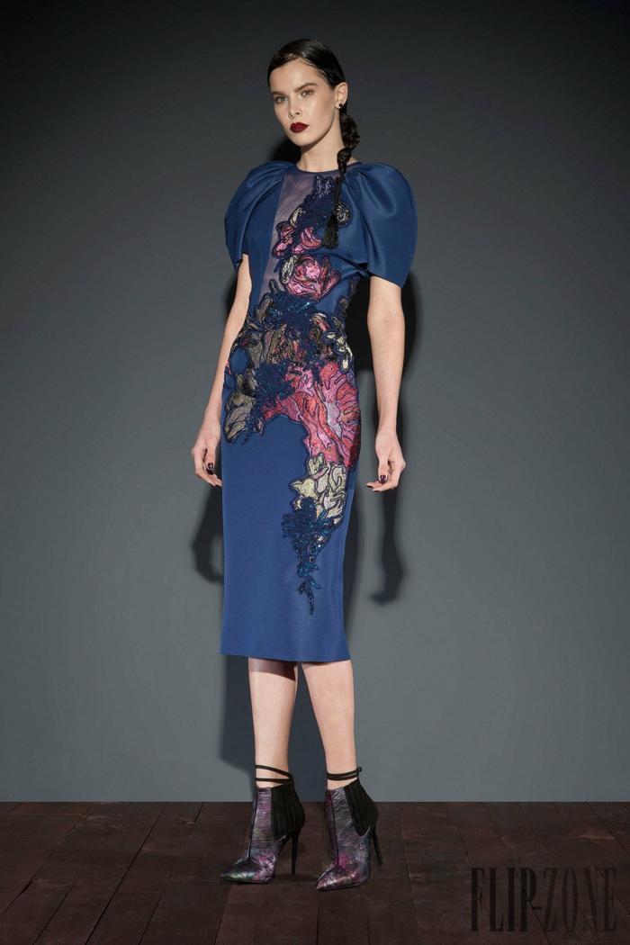 Dunkelblaues Cocktailkleid mit Blumenmuster, elegantes Outfit für besondere Anlässe