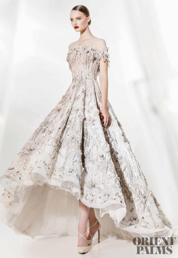 Weißes Kleid mit Perlen verziert, vorne kürzer hinten länger, schulterfreies Abendkleid, weiße High Heels