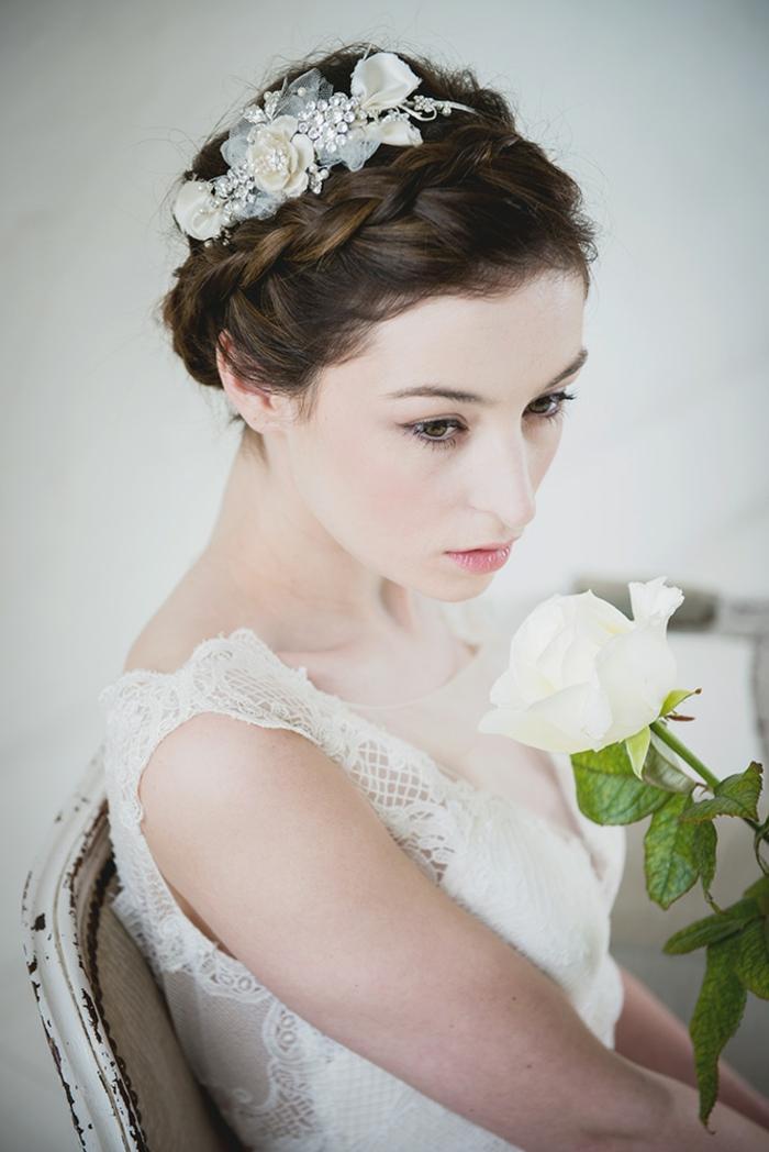 Brautfrisur zum Nachstylen, silberner Haarschmuck mit weißen Blumen, Brautkleid mit Spitzenelementen