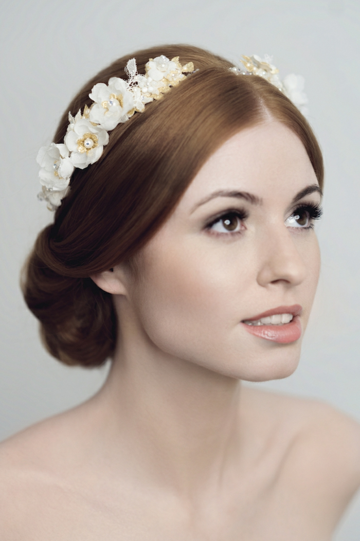 Brautfrisur für mittellanges Haar, Haarfarbe Kupfer, Diadem mit kleinen weißen Blumen, Porzellanteint und matte Lippen