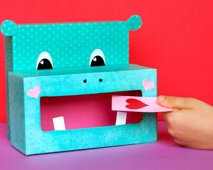 Pappschachtel - ein grüner Nilpferd für Liebesbriefe am Valentinstag mit vielen Herzchen