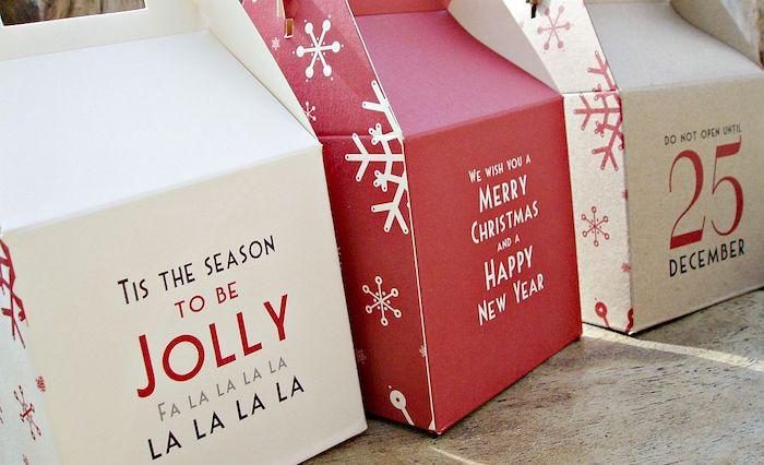Pappschachteln, die selbst gefaltet werden mit weihnachtlichen Botschaften in weißer und roter Farbe