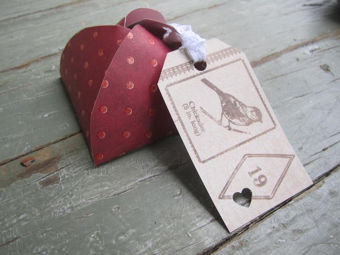 eine kleine Schachtel in Rot, mit einem Anhänger mit Vögelchen - Schachtelvorlagen