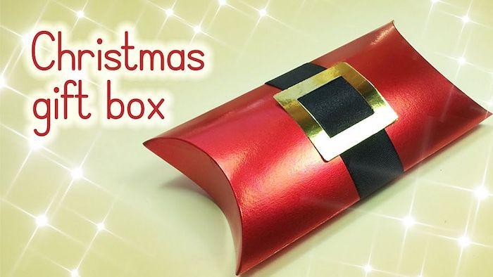 eine kleine Schachtel in roter Farbe für winzige Geschenken zu Weihnachten