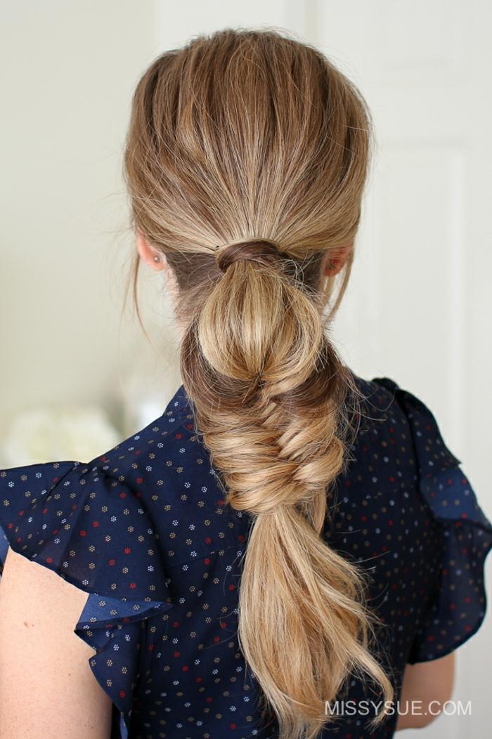 Schicke Frisur für langes Haar zum Nachstylen, passend für jeden Tag, dunkelblonde glatte Haare