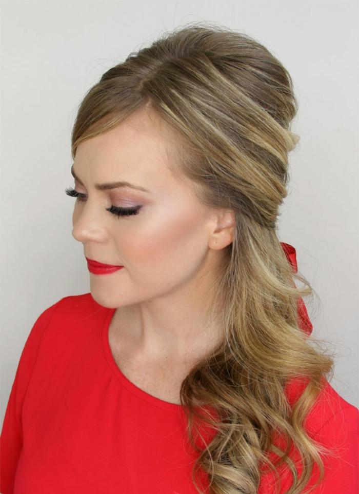 Schicke Frisur für langes und mittellanges Haar, Frau mit Porzellanteint, knallroten Lippen und zartem Augen Make-up