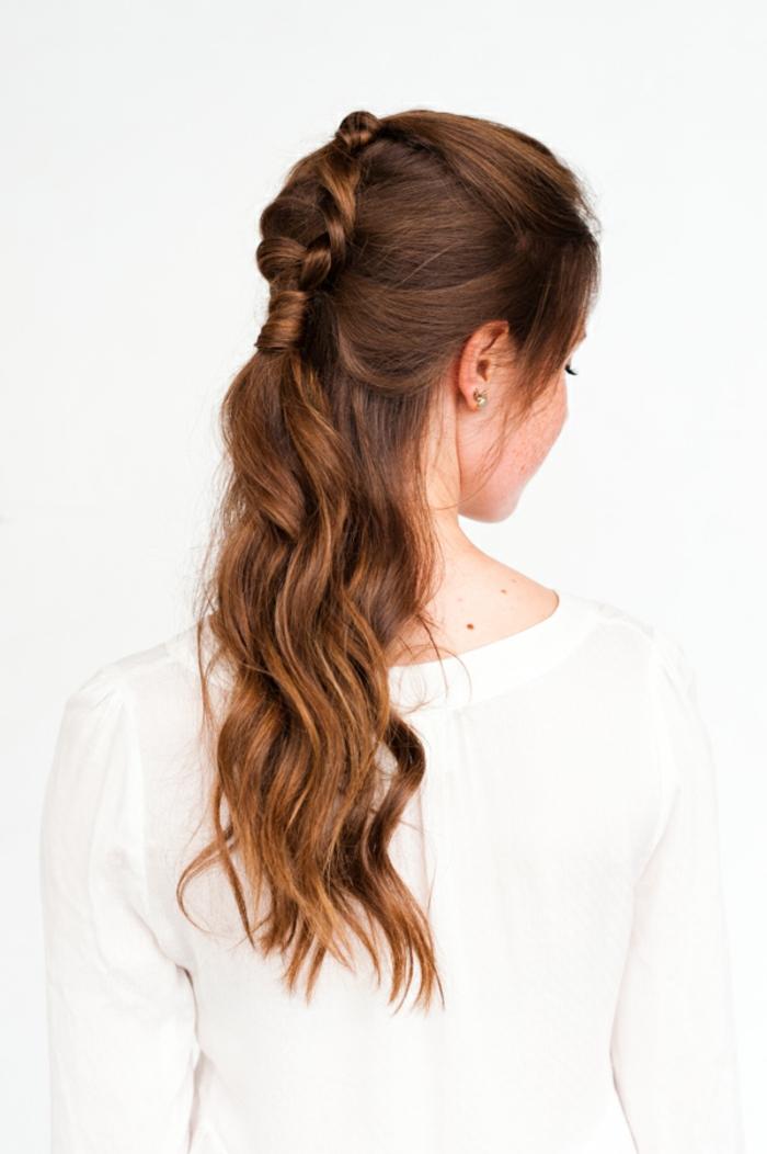 Festliche Frisur für lange und mittellange Haare, welliges Haar, Haarfarbe Kastanienbraun, weiße Bluse