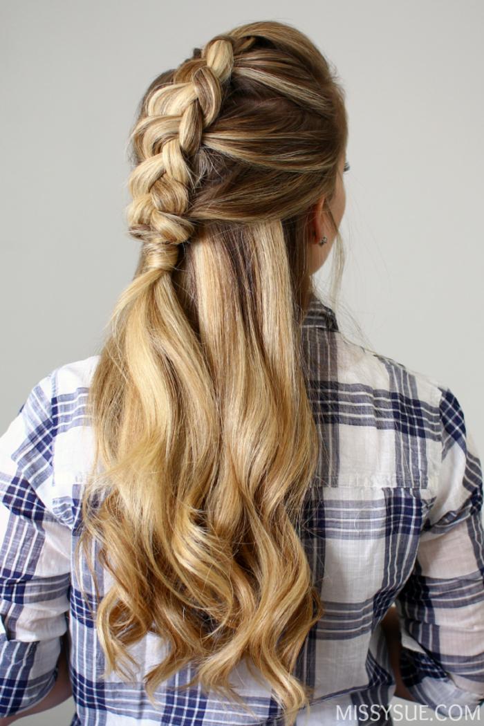 Flechttfrisur für lange Haare, passend für jeden Tag, Wellen selbst gemacht, kariertes Hemd