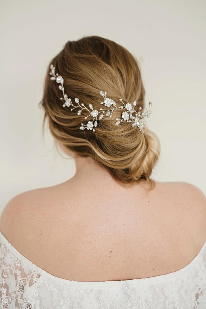 Schicke Brautfrisur, silberner Haarschmuck mit kleinen Blumen, glatte dunkelblonde Haare