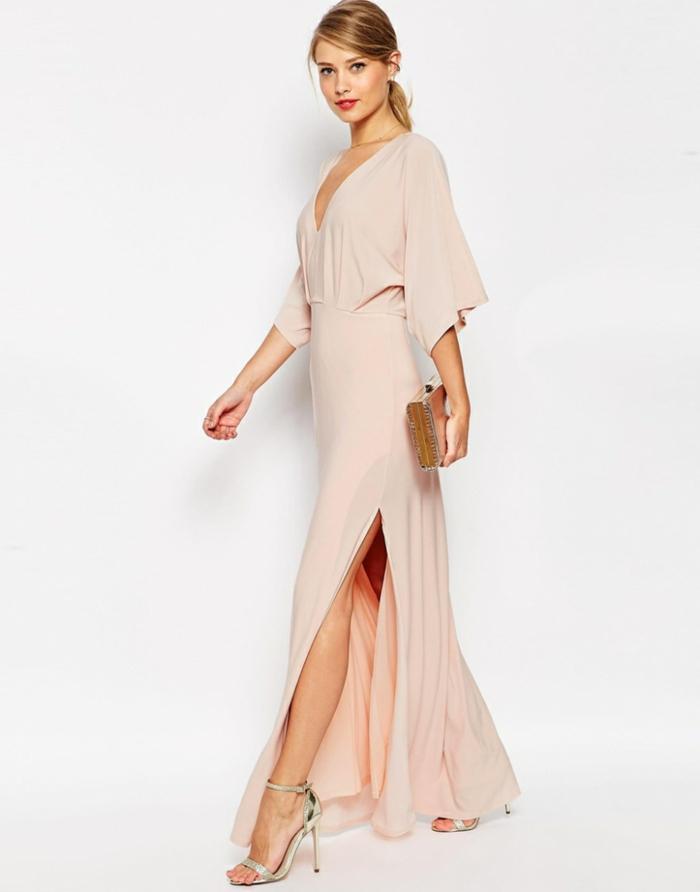 Elegantes Abendkleid in Cremeweiß, mit Schlitz und V-Ausschnitt, silberne High Heels und Handtasche