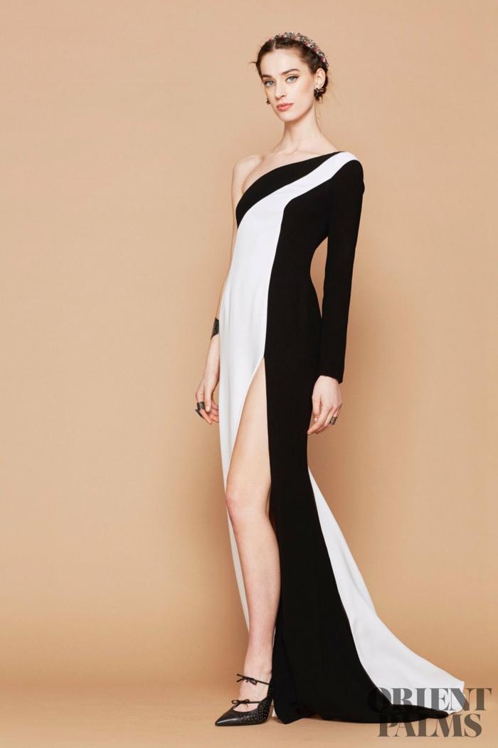 Bodenlanges Abendkleid mit Schlitz in Schwarz und Weiß, mit einem Ärmel, schwarze High Heels mit Schleifen