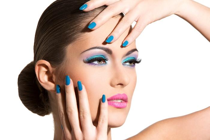 schminktipps augen, frau mit gutt-frisur und buntem make-up in blau und lila