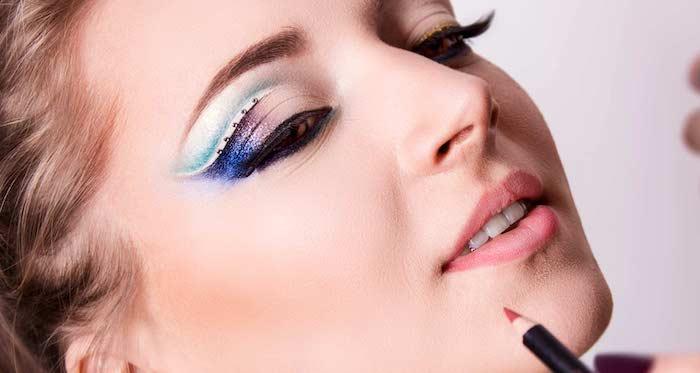 schmink tipps, make-up in lila und blau mit strasssteinchen
