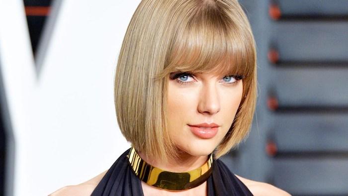 dunkelblonde Haare - Taylor Swift mit Bob Frisur mit Pony, eine Halskette und schwarzes Kleid