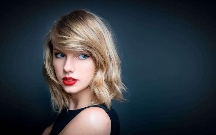 dunkelblonde Haarfarbe - Taylor Swift mit lässiger Frisur, schulterlanges Haar