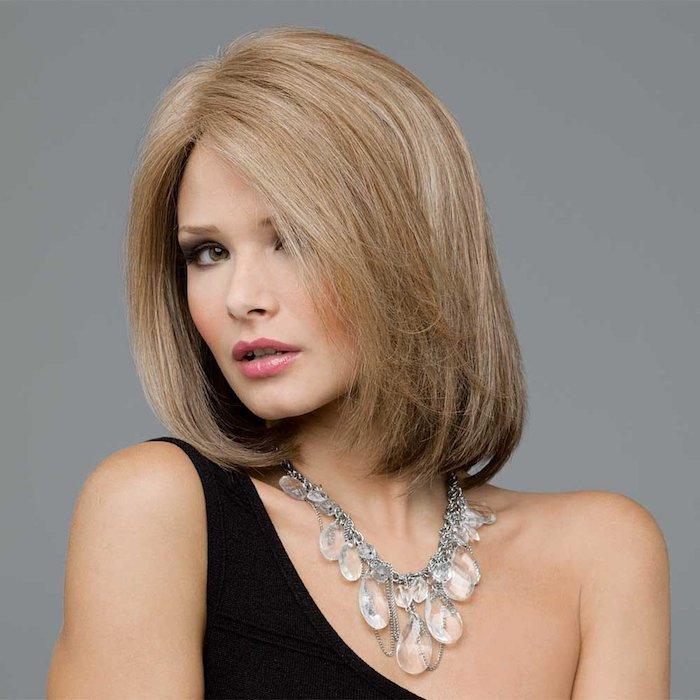 dunkelblond - eine Frau mit schulterlangem Haar, Bob Frisur und eine Kette mit Glaasperlen
